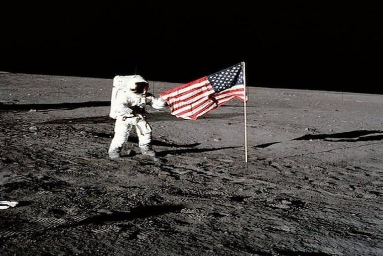 Le fabricant du drapeau américain planté sur la lune est contesté