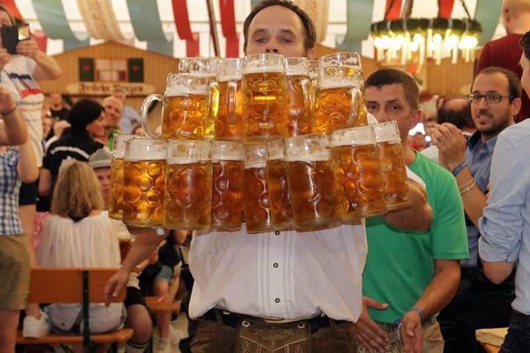 Le record du nombre de chopes de bière transportées sur 40 mètres